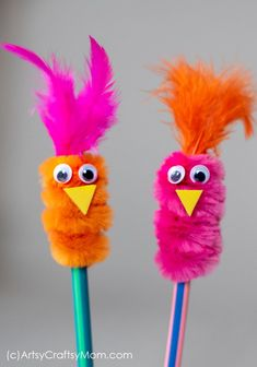 Pipe Cleaner Pencil Topper Bird Craft Add spunk, color and loads of cuteness to your kids' pencils. This pipe cleaner pencil topper bird craft is an absolutely adorable accessory. via ArtsyCraftsyMom Pencil Topper Crafts, Pencil Crafts, Pencil Toppers, Kids Crafts, Cute Crafts, Craft Projects, Arts And Crafts, Craft Ideas, Robot Crafts