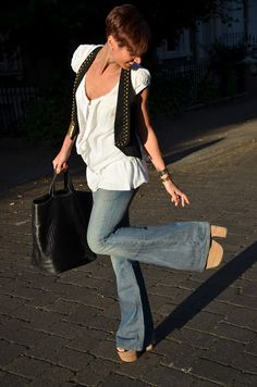 La Troisième: Super flare jeans & wedges **PS is this really coming back ? Simply Fashion, Fashion Days, 80s Fashion, Milan Fashion, Flare Jeans Outfit, Flare Pants, Bell Bottom Pants, Bell Bottoms, Super Flare Jeans