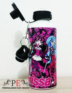 Squeeze de alumínio com duas tampas e mosquetão, na cor branca, personalizado com o tema do desenho infantil Monster High, é possível personalizar com o nome da criança. <br>Personalizamos com sua estampa favorita e fotos. <br>Entrega rápida.