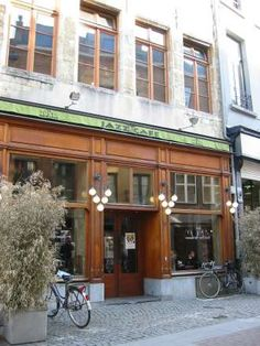 De Muze - jazzcafé , superleuk interieur, vaak live Jazz muziek, pintjes worden wel €0,5 duurder wanneer er live muziek is :-(