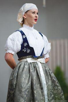 Cieszyn, southern Poland. Photo © Okiem Fotoreportera. Folk Costume, Costumes, Polish Folk Art, Folk Clothing, Autumn Garden, Traditional Outfits, Fashion Dresses, Flower Girl Dresses, Eastern Europe
