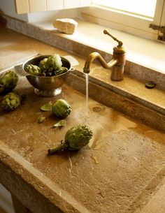 Rustic kitchen style A very interesting sink - imagine living in a kitchen with this. My Paradissi: Rustic kitchen style Kitchen Interior, New Kitchen, Kitchen Decor, Kitchen Sinks, Stone Kitchen Sink, Mediterranean Kitchen, Mediterranean Style, Rustic Kitchen Design, Rustic Stone