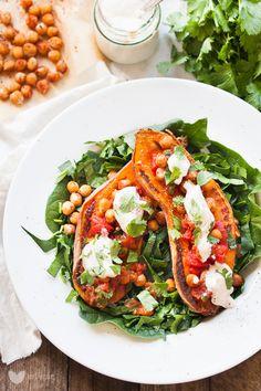 Pieczone bataty z prażoną ciecierzycąi pomidorami z sosem czosnkowym | erVegan - kuchnia roślinna