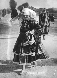 Woman from the region of Łowicz, central Poland, 1921. Image via Gallica archives.