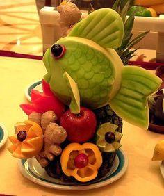 interesting fruit piece L'art Du Fruit, Fruit Art, Fresh Fruit, Fun Fruit, Fruit Salad, Fruit Sculptures, Food Sculpture, Veggie Art, Fruit And Vegetable Carving