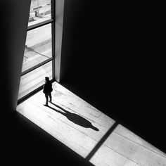 人物と風景の関係性が秀逸。光と影が美しいモノクローム写真