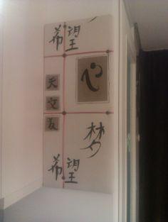 Prikbord gemaakt van een oud prikbord, vlieseline en een leuke stof. Versierd met knopen en lint. Erg handig