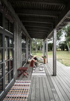 Bilderesultat for Villa AK, Hamra, Gotland Haus Am See, Exterior Cladding, Building A New Home, Rustic Outdoor, Beach House Decor, Beach Houses, Coastal Homes, Villas, Outdoor Living