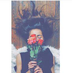 imagem descoberto por ♛ W A L I D - ْوَلِــيــ ـد ♛.) suas próprias imagens e vídeos no We Heart It Model Poses Photography, Self Portrait Photography, Selfie Photography Ideas, Best Photo Poses, Girl Photo Poses, Selfie Posen, Portrait Fotografie Inspiration, Stylish Photo Pose, Teenage Girl Photography