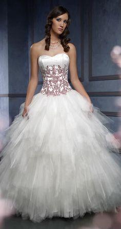 wedding dress with red accents by Mia Solano Stili Di Abiti Da Sposa 206301206fd
