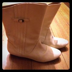 reduced! vintage Frye leather boots amazing condition, adorable boots!  these Frye boots feature pleated details and visible logo.  original vintage construction before Frye moved to China.  These are made in Brazil.  Women's size 8.  Flat heel, calf length.  gorgeous and comfortable !  perfect for fall  Frye Shoes