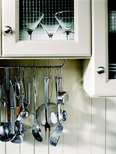 Cooking Hang-Up. Professional chefs hang their favorite cooking utensils within easy reach, but stainless-steel systems are often expensive. Make a copycat rack with a short metal curtain rod, using steel S-hooks to hold spoons and ladles. Kitchen Utensil Organization, Utensil Racks, Kitchen Storage, Home Organization, Utensil Holder, Updated Kitchen, New Kitchen, Kitchen Decor, Kitchen Updates