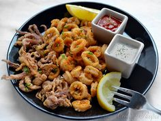 Print Flour Fried Calamari Recipe Serves:12  Ingredients 2 pound of Calamari 2 cups flour Instructions Clean calamari and cut into rings . Heat oil to 375 degrees. Toss calamari with flour, shake off excess. Fry for 3 or 4 minutes or until golden brown. Remove and drain on paper towels. Serve immediately with lemon [...]