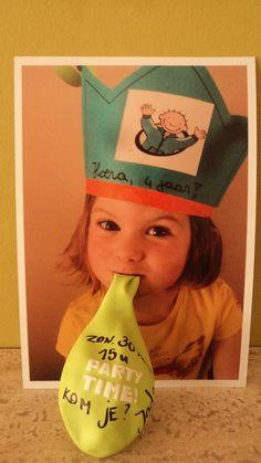 Nog een ideetje gepikt van pinterest. Uitnodiging voor het verjaardagsfeestje van mijn dochter Jade. Foto genomen en gaatje in gemaakt, ballon erdoor en tekst erop geschreven.
