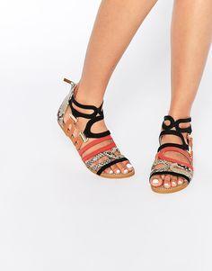 Sandalias planas de tiras de colores