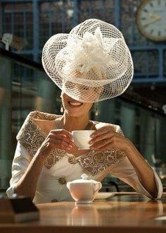big and light - {details with love}: lovely little details - hats and fascinators - Ascot perfection Sombreros Fascinator, Fascinators, Headpieces, Estilo Lady Like, Look Retro, Kentucky Derby Hats, Church Hats, Fancy Hats, Wearing A Hat