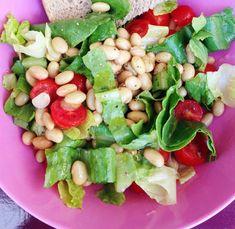 L'insalata di fagioli di soia e verdure è un piatto ideale quando non si ha tempo di cucinare o per un pranzo veloce senza accendere i fornelli.