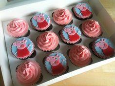 Τα cupcakes είναι στη μόδα και αρέσουν πολύ σε μικρούς και μεγάλους. Η Πέππα το γουρουνάκι έχει γίνει η λατρεμένη όλων των μικρών παιδιών.Σήμεραλοιπόνθαφτιάξουμεcupcake με τη Peppa τογουρουνακι βημα βημα!  θα φτιάξετε τα cupcakes σας χρησιμοποιώντας