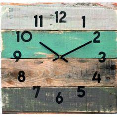 Holz Uhr auf dem Haus. Oma