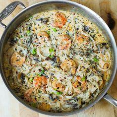 Faites revenir dans une sauteuse à l'huile d'olive, 3 gousses d'ail hachées et saisissez une vingtaine de gambas, à feu vif. Saupoudrez de basilic lyophilisé...