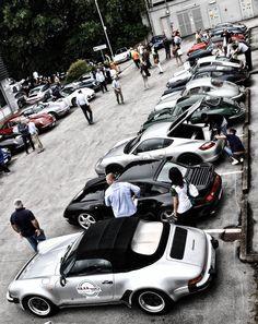 Il piazzale della concessionaria con le auto pronte alla partenza