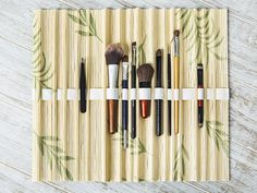 DIY-Anleitung: Rolletui für Kosmetikpinsel aus Bambus-Platzset basteln via…
