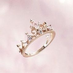Dad gives his daughter a tiara ring for her bday (or whenever dating is allowed) to wear on her left ring finger to remind her that she will always be his little princess & to remind her to only date boys who treat her like a queen. I like this idea :) Ring Set, Ring Verlobung, Bling Bling, Bling Nails, Left Ring Finger, Jewelry Box, Jewelry Accessories, Jewlery, Fine Jewelry