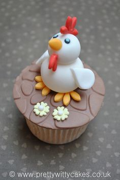 Novelty animal cupcakes - chicken photo by Pretty Witty Cakes (Suzi Witt) Animal Cupcakes, Easter Cupcakes, Fondant Cupcakes, Yummy Cupcakes, Cupcake Cakes, Cakes With Fondant, Cupcake Toppers, Chicken Cupcakes, Chicken Cake