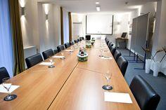 Tagungen und Seminare für bis zu 20 Personen finden in einem separaten Raum das passende Ambiente. Restaurant, Conference Room, Table, Furniture, Home Decor, Double Room, Open Plan Kitchen, Decoration Home, Room Decor