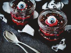 Ons tweede Halloween recept is een red velvet trifle met enge ogen. Hiervoor zijn we op een originele manier aan de slag gegaan met red velvet cupcakes.