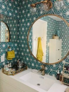 Mirth Studio Starburst Wallcovering Bathroom Makeover with Mirth Studio's Removable Starburst Peel & Stick Wallcovering Style At Home, Bathroom Interior, Modern Bathroom, White Bathrooms, Coral Bathroom, 1950s Bathroom, Bathroom Colors, Bad Styling, Bathroom Styling