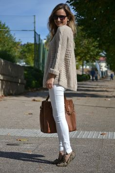 Neutral oversized sweater + white skinny + animal print loafers. Great color combo.