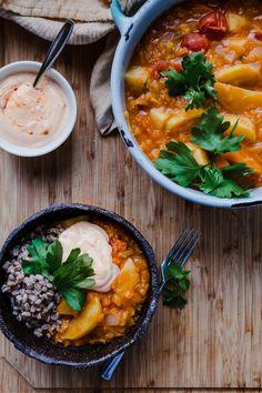 Syksyinen juures-linssipata harissagurtin kanssa - Satokausikalenteri Curry, Ethnic Recipes, Food, Curries, Essen, Yemek, Meals