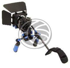 Estructura de soporte de hombro para DSLR o cámara de vídeo (DSLR rig). Kit que incluye 3 partes y no requiere añadir ningún complemento adicional. Esta estructura polivalente que permite varias posiciones y se adapta a muchos modelos de cámaras y objetivos, permite el acople de una cámara DSLR o de vídeo. Esto permite dotar a la cámara de mayor estabilidad y comodidad para el operador de cámara, que dispone de un soporte acolchado directo al hombro. Fabricado en aluminio.