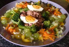 Fehérje lefekvés előtt – mikor, milyet? Cobb Salad, Paleo, Treats, Chicken, Food, Sweet Like Candy, Goodies, Essen, Beach Wrap