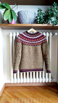 This was my first attempt in knitting a Lopapeysa, so I decided on the classical version rather than the more feminine one. I couldn't resist adding one more colour in the yoke, however. I'm reall. Fair Isle Knitting Patterns, Knitting Stitches, Icelandic Sweaters, Crochet Poncho, Sweaters For Women, Fair Isles, Wool, Feminine, Colour