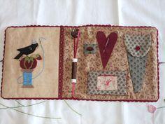 Pochette de brodeuse intérieur, note ribbon and button thread holder.