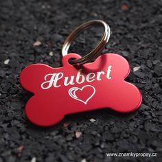 Červená ID tagiska pro psy s vyrytým jménem Hubertm srdcem a tel. číslem s adresou