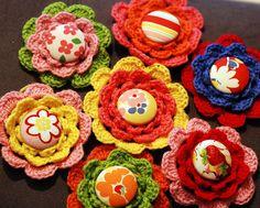 crochet flower brooches    craftapalooza.typepad.com/crafted/2009/07/crochet-button-...