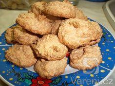 Kokosky - možno konzumovat hned po upečení. Christmas Cookies, Muffin, Breakfast, Sweet, Food, Xmas Cookies, Morning Coffee, Candy, Christmas Crack