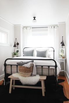 You can decorate guest bedrooms without neglecting their cosy sides. A guest bedroom can still look stylish. We have 30 cosy guest bedroom ideas in the . Read Cozy Guest Bedroom Ideas 2020 (For Your Inspiration) Bedroom Inspo, Home Decor Bedroom, Bedding Decor, Small Bedroom Inspiration, Bedroom Wall Lamps, Bedroom Furniture, Decor For Small Bedroom, Narrow Bedroom Ideas, Industrial Bedroom Decor