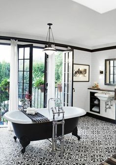 Beautifull bathroom....black white. Badkamer Portugese tegels Vrijstaand bad Bathroom Portuguese tiles van Heck Badmeubelen Freestanding bath