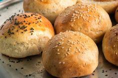 Evde mis gibi hamburgerler yapmak sandığımız kadar zor değil. Kanıtı ise kolay hamburger ekmeği tarifinde gizli. Afiyet olsun.