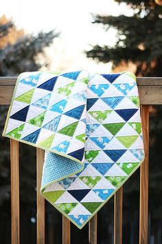 Triangle quilt for baby boy Quilt Baby, Baby Boy Quilt Patterns, Baby Quilts For Boys, Baby Quilts To Make, Quilting Projects, Quilting Designs, Sewing Projects, Quilt Design, Half Square Triangle Quilts