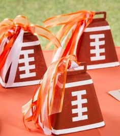 Whether you're just getting ready for the big high school game of the week or your favorite NFL team, here are some football crafts for fall! Football Spirit, Football Cheer, Football Tailgate, Youth Football, High School Football, Football Season, Football Humor, Tailgating, Football Names