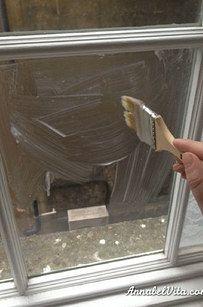 Si jamais vous avez besoin d'un peu d'intimité, givrez vos fenêtres avec de l'amidon de maïs. | 40 idées bricolage pour pimper votre appart