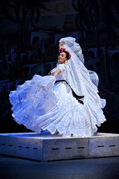 Ballet Folklorico de Amalia Hernandez - Beautiful Veracruzana Number