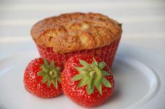 Se hvordan du bager lækre rabarbermuffins med marcipan. En rigtig lækker kage, som du sagtens også kan bruge som dessert – pyntet med lidt flødeskum. Du skal bruge – til 12 rabarbermuff…