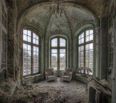 L'architecture et la beauté dans ce château abandonné inspire à la désolation.