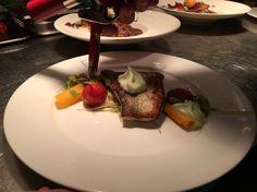 Een mooi hoofdgerecht gemaakt in restaurant De Rotisserie bij Residence Rhenen, snoekbaars met een moois scala aan groenten en een schuim van selderij